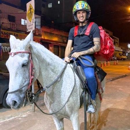 O empresário Brendow Álvares faz delivery com o cavalo de um amigo.    - Arquivo Pessoal