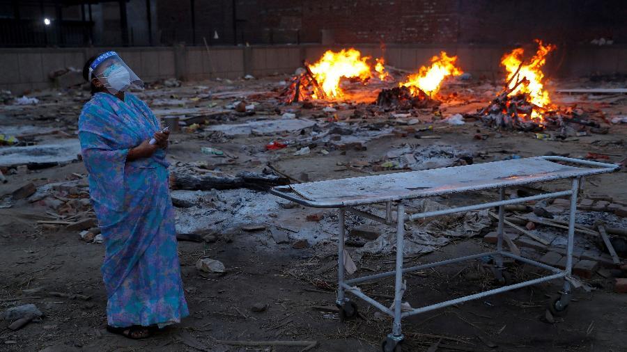Mulher chora durante a cremação de seu marido, que morreu de covid-19, em um crematório em Nova Delhi, Índia - Adnan Abidi/Reuters