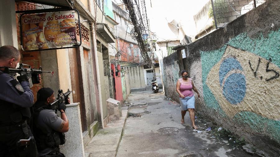 6.mai.2021 - Policiais apontam fuzis durante operação militar na favela do Jacarezinho, no Rio de Janeiro. Ação terminou com 28 mortos - Ricardo Moraes/Reuters