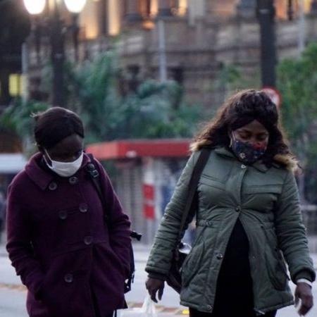 Pedestres protegidas do frio na capital paulista em julho; cidade pode registrar a menor temperatura desde 1994 - Getty Images