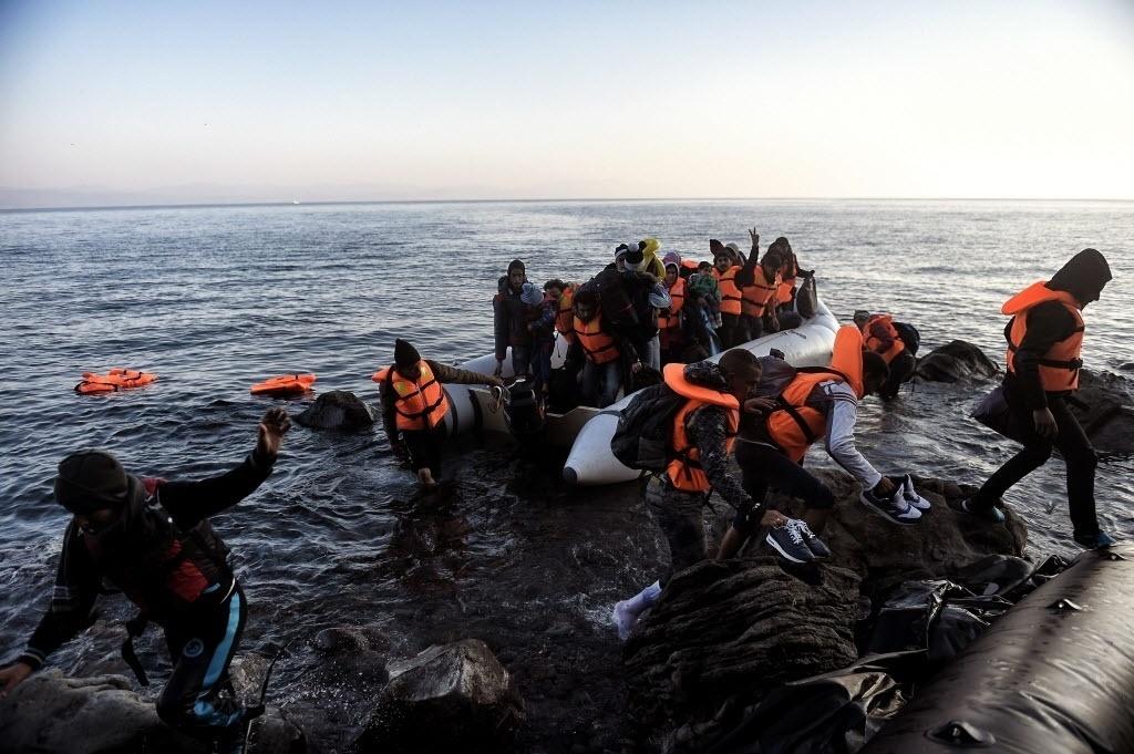 9.nov.2015 - Refugiados chegam a ilha grega de Lesbos depois de cruzar o mar Egeu da Turquia. Segundo a ONU (Organização das Nações Unidas) mais de 1 milhão de pessoas fugiram para a Europa neste ano