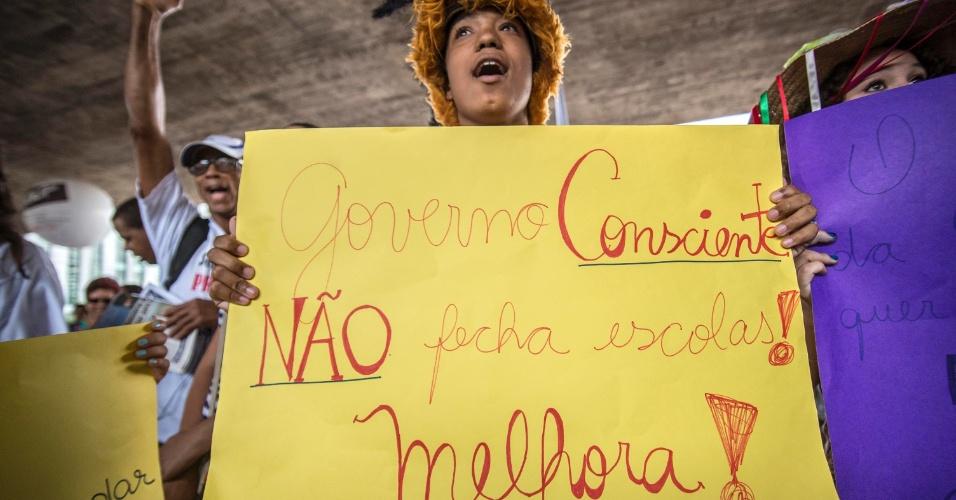"""27.nov.2015 - A Apeoesp (Sindicato dos Professores do Estado de São Paulo) realiza assembleia nesta sexta-feira (27), no vão livre do Masp, na capital paulista. Os educadores saíram em passeata em conjunto com várias entidades e movimentos sociais com o """"Grito pela educação pública no Estado"""". Eles protestam contra a reorganização escolar proposta pelo governo Alckmin"""