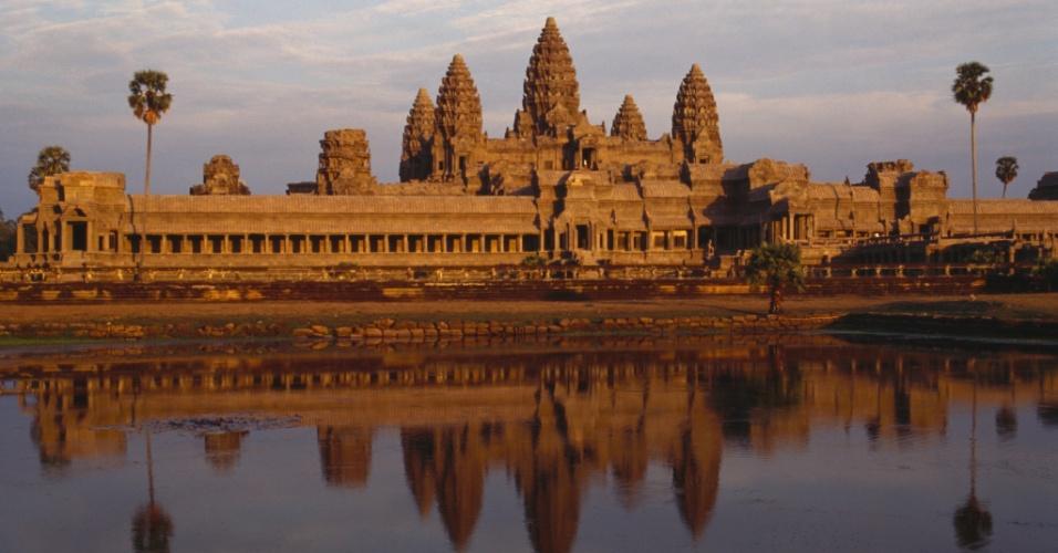 Símbolo de um país. O templo de Angkor Wat ao pôr do sol. Encomendado pelo império Khmer no século. 12, Angkor Wat é o mais conhecido dos templos cambojanos e estampa a bandeira nacional