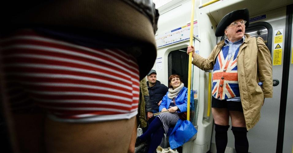"""10.jan.2016 - Participantes do dia """"Sem calças no metrô"""" dentro de vagão em Londres, no Reino Unido"""
