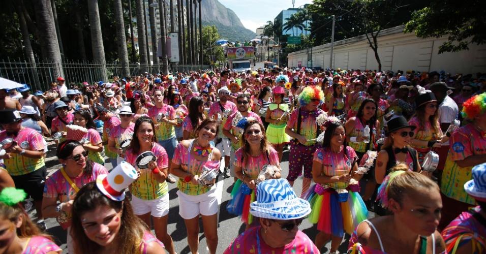 """24.jan.2016 - O Rio de Janeiro continua em aquecimento para o Carnaval. Neste domingo foi a vez do bloco """"Me Esquece"""" tomar as ruas do Jardim Botânico e fazer a festa dos foliões"""