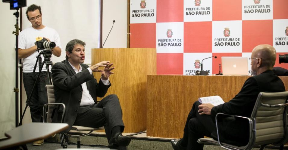 """19.fev.2016 - Fernando Haddad (PT) defende o presidente de honra do seu partido, Luis Inácio Lula da Silva. """"Ele vai responder, como sempre fez"""""""