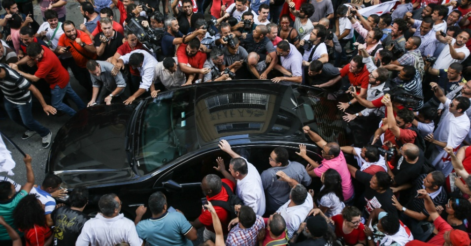 4.mar.2016 - Carro do ex-presidente Luiz Inácio Lula da Silva (PT) é cercado por simpatizantes na saída do diretório nacional do partido. O petista se defendeu das acusações - Lula é o principal investigado da 24ª fase da Operação Lava Jato