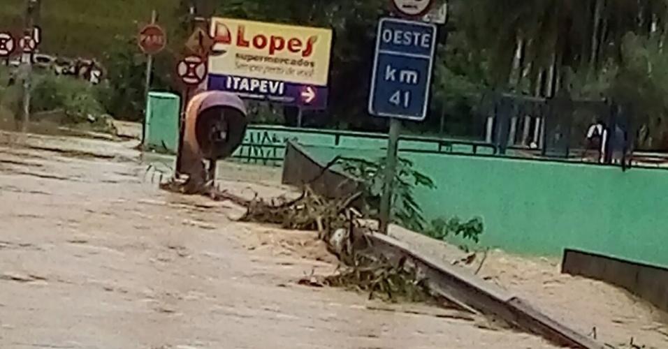 11.mar.2016 - Ruas ficam tomadas pela água em Itapevi, na Grande São Paulo. Bairros inteiros da cidade estão alagados, com pessoas ilhadas
