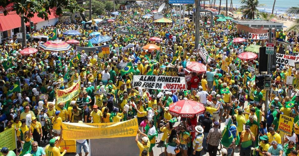 13.mar.2016 - Manifestantes fazem ato contra o governo de Dilma Rousseff (PT), na avenida Boa Viagem, no Recife. Os protestos ocorrem em ao menos nove Estados e no Distrito Federal e pedem o impeachment de Dilma e a prisão do ex-presidente Luiz Inácio Lula da Silva, investigado pela Operação Lava Jato