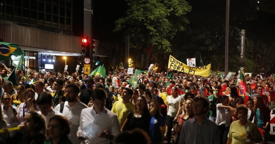 16.mar.2016 - Manifestação contra a nomeação de Lula como ministro da Casa Civil toma os dois lados de trecho da avenida Paulista