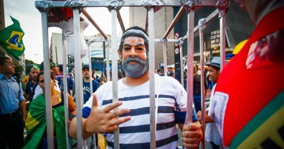 17.mar.2016 - Homem usa uma máscara representando o ex-presidente Luiz Inácio Lula da Silva durante protesto contra sua nomeação como ministro-chefe da Casa Civil, na avenida Paulista, em São Paulo
