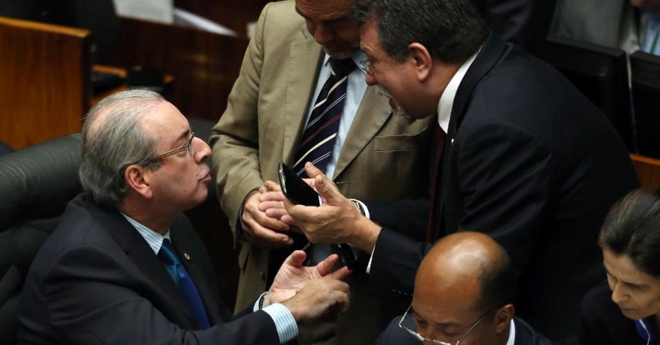 16.abr.2016 - O presidente da Câmara, Eduardo Cunha (PMDB-RJ), discute com o líder do PT na Casa, deputado Afonso Florence (BA), em sessão que discute o processo de impeachment da presidente Dilma Rousseff (PT)