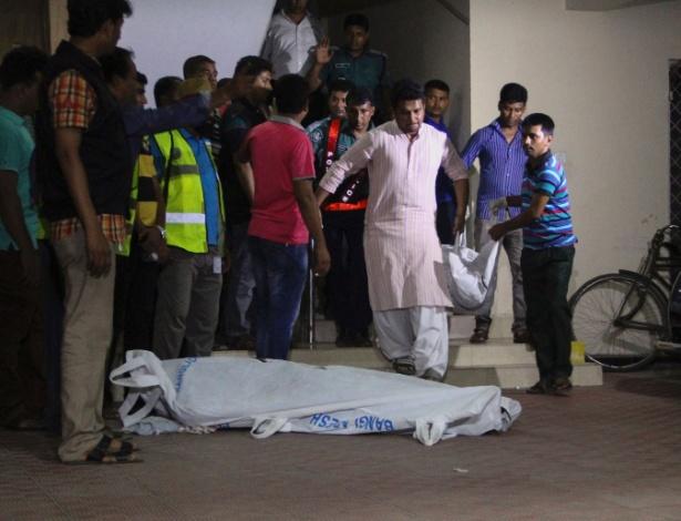 Os corpos de dois ativistas dos direitos gays que foram mortos por facões são retirados de apartamento em Dacca, capital de Bangladesh