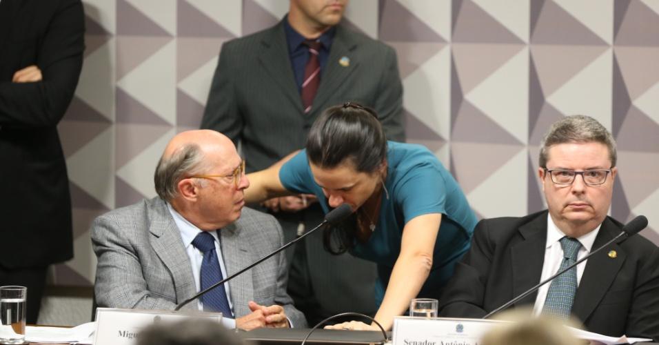 28.abr.2016 - Os juristas Miguel Reale Júnior e Janaina Paschoal, autores do processo de impeachment, conversam durante sessão da comissão especial de impeachment do Senado