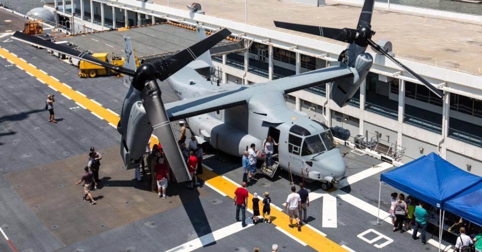 27.mai.2016 - Visitantes observam uma aeronave V-22 Ospres a bordo do USS Bataan (LHD-5), em Nova York, EUA. Homens e mulheres do serviço das forças armadas dos EUA visitam a cidade de Nova York como parte das comemorações do Memorial Day, feriado norte-americano que homenageia os americanos mortos em combate