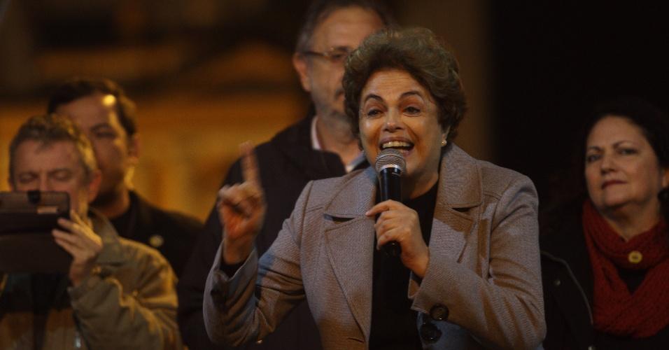3.jun.2016 - A presidente afastada, Dilma Rousseff, discursa durante ato em defesa de seu mandato e contra o governo interino de Michel Temer na Esquina Democrática, em Porto Alegre