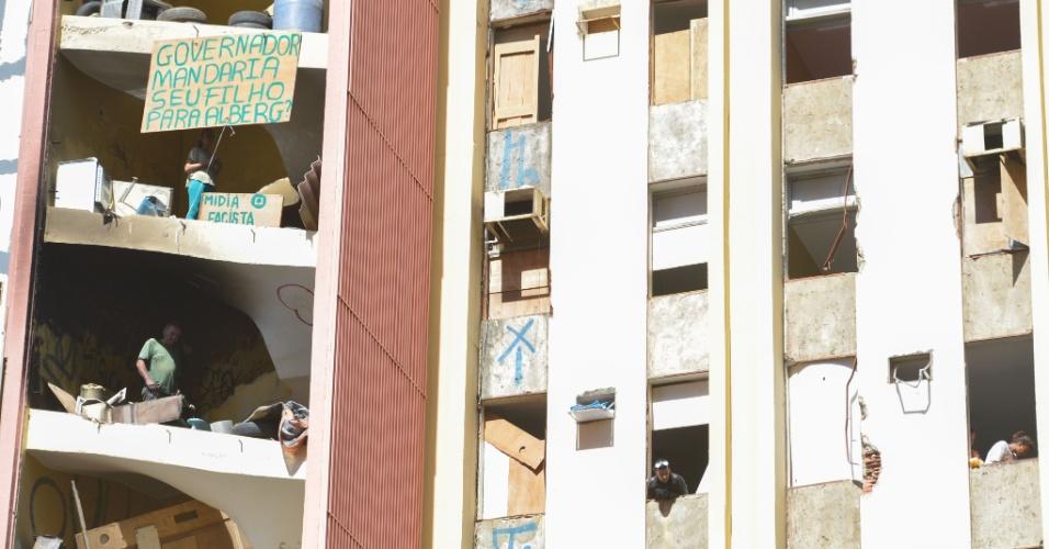 3.jun.2016 - O prédio abandonado do antigo Torre Palace Hotel, um edifício de 14 andares e 140 apartamentos localizado na região central de Brasília, continua ocupado por manifestantes do Movimento Resistência Popular, grupo que luta pelo direito à moradia no Distrito Federal. Hoje foi o terceiro dia da operação policial para retirada dos ocupantes