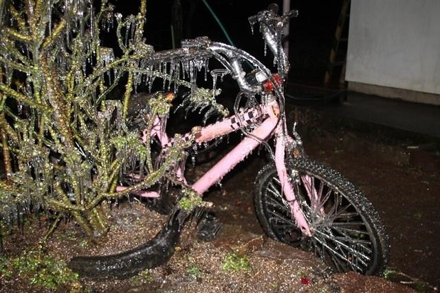 11.jun.2016 - Sereno congela sobre bicicletas e plantas na cidade de São Joaquim, na serra catarinense. A temperatura na cidade nesta madrugada era de -6º C, com sensação térmica de -13º C