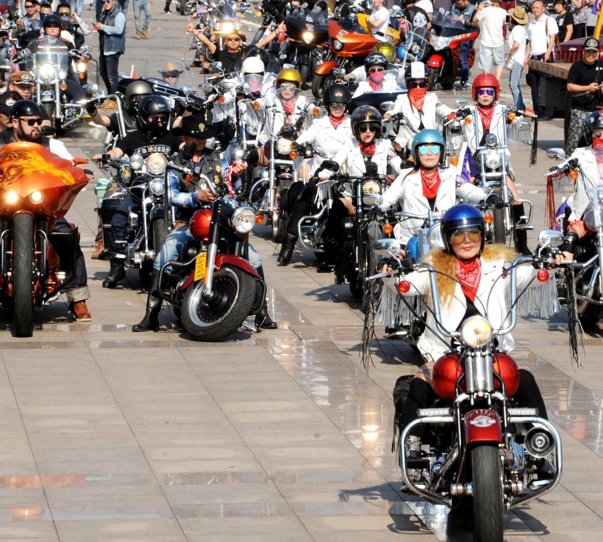 17.jun.2016 - Centenas de motociclistas participam do 4º Festival Internacional de Turismo e Cultura da Motocicleta em Lianyungang, cidade localizada na província de Jiangsu, no leste da China