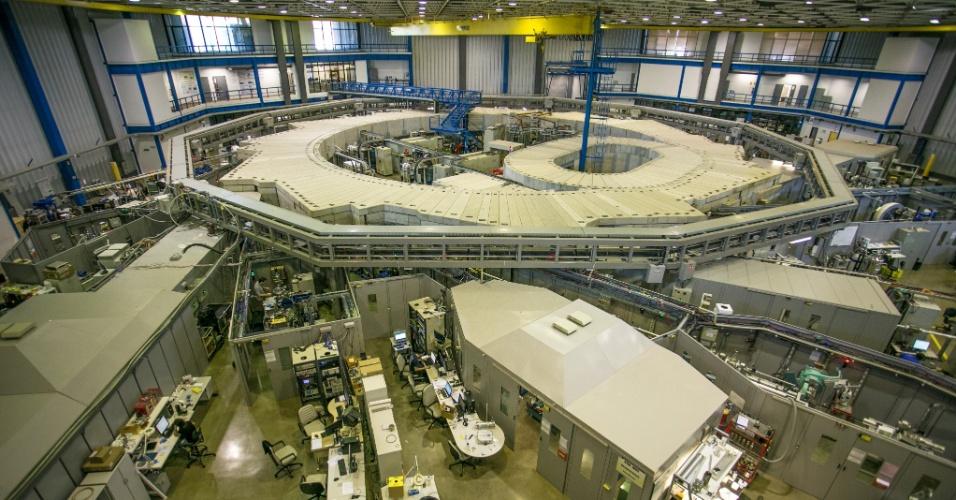 O acelerador de elétrons do LNLS pode ser usado por qualquer pesquisador do país e do exterior. O UVX possui 17 linhas de luz (onde a luz síncrotron é liberada para a realização dos estudos). Em 2015, 408 projetos fossem desenvolvidos no laboratório, beneficiando cerca de 1.200 pesquisadores