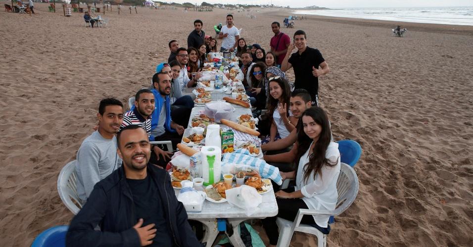 4.jul.2016 - A mesa farta é para quebrar o jejum diário do mês sagrado do Ramadã. Amigos se reúnem na praia de Ain Diab, em Casablanca, Marrocos, para apreciar o iftar