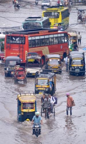 23.jul.2016 - Indianos enfrentam trânsito caótico e inundação depois de temporal em Amritsar, no noroeste do país
