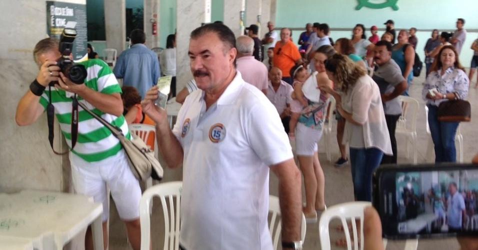 """2.ou.2016 - O deputado federal Cícero Almeida (PMDB) foi o primeiro candidato a prefeito de Maceió a votar neste domingo (2). Ele chegou por volta das 8h30 no Iate Clube Pajussara, localizado na orla da Pajuçara, acompanhado da família e correligionários. Após votar, por volta das 9h, Almeida disse """"sou do povo e quem me trouxe de volta foi ele. Meu compromisso com o povo é de trabalho e dedicação ao crescimento da nossa cidade"""""""
