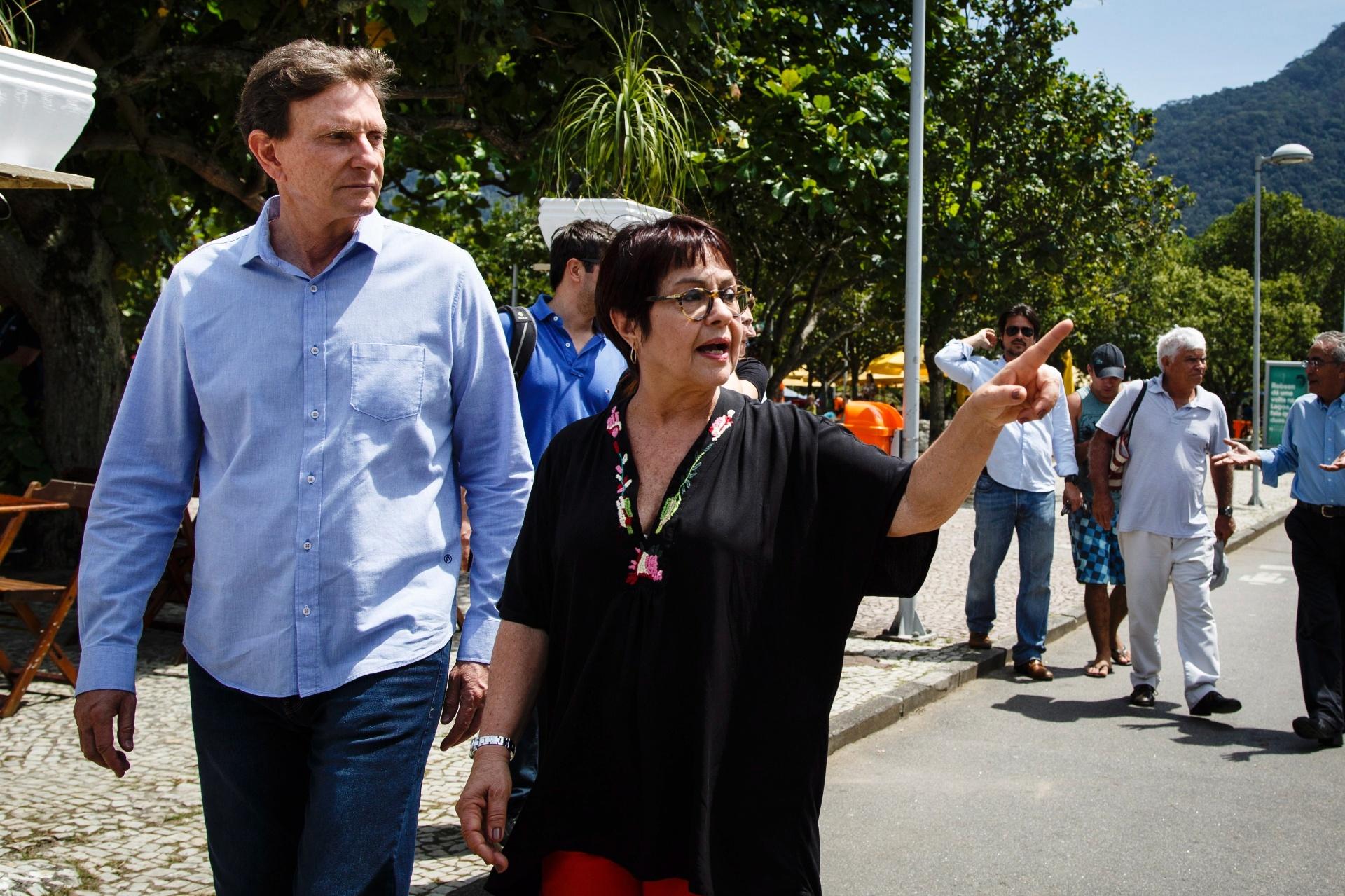 15.out.2016 - O candidato à Prefeitura do Rio de Janeiro Marcelo Crivella (PRB) passeou pelo parque dos Patins, na Lagoa Rodrigo de Freitas, na zona sul da cidade. Crivella conversou com a ambientalista Aspasia Camargo sobre propostas por uma cidade sustentável