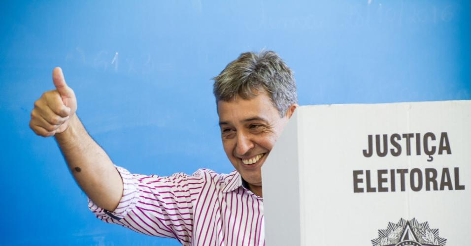 30.out.2016 - O candidato à Prefeitura de Porto Alegre pelo PMDB, Sebastião Melo, vota no segundo turno das eleições no Colégio Leonardo Da Vinci