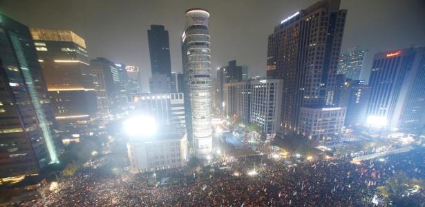 Dezenas de milhares de pessoas realizam comício em Seul pedido à presidente da Coreia do Sul, Park Geun-hye, que renuncie devido a um escândalo de tráfico de influência
