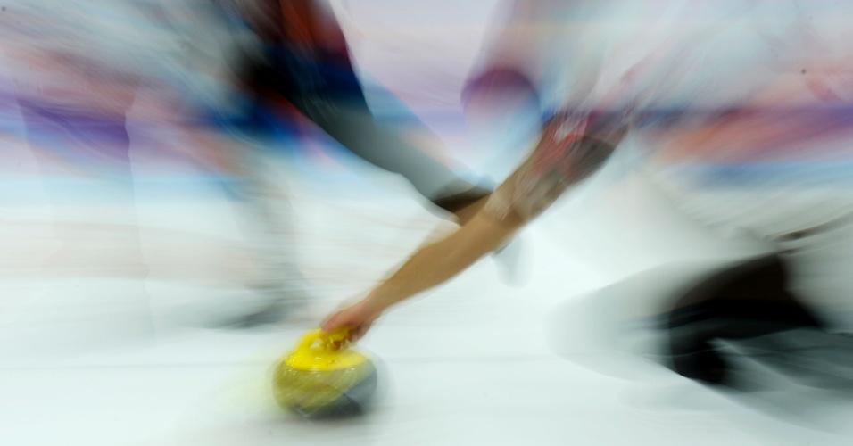 13.dez.2016 - Fotografia com baixa velocidade mostra jogador da Suiça durante durante a competição China Qinghai international curling entre os EUA e Suíça em Xining (China)