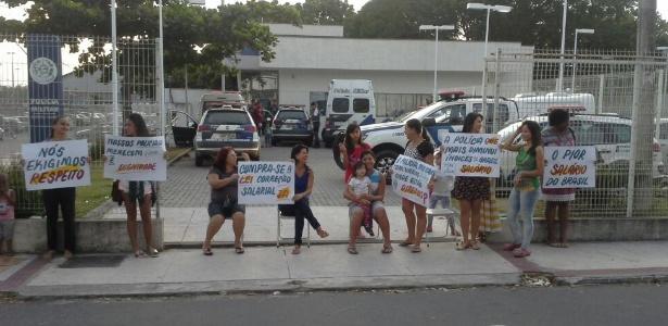 Familiares de PMs barram a saída de carros de polícia da 2ª Companhia do 6º Batalhão da Polícia Militar, em Serra (ES)