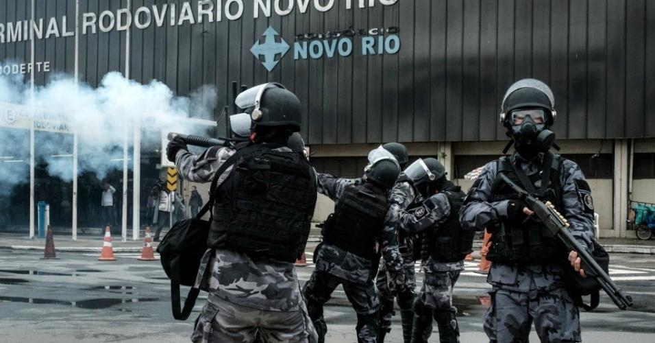 28.abr.2017 - Policiais militares usam balas de borracha para dispersar manifestantes que bloqueavam ruas nas proximidades do Terminal Rodoviário Novo Rio, no Rio de Janeiro, na tarde desta sexta-feira. Centrais sindicais fazem greve geral em protesto contra as reformas do governo