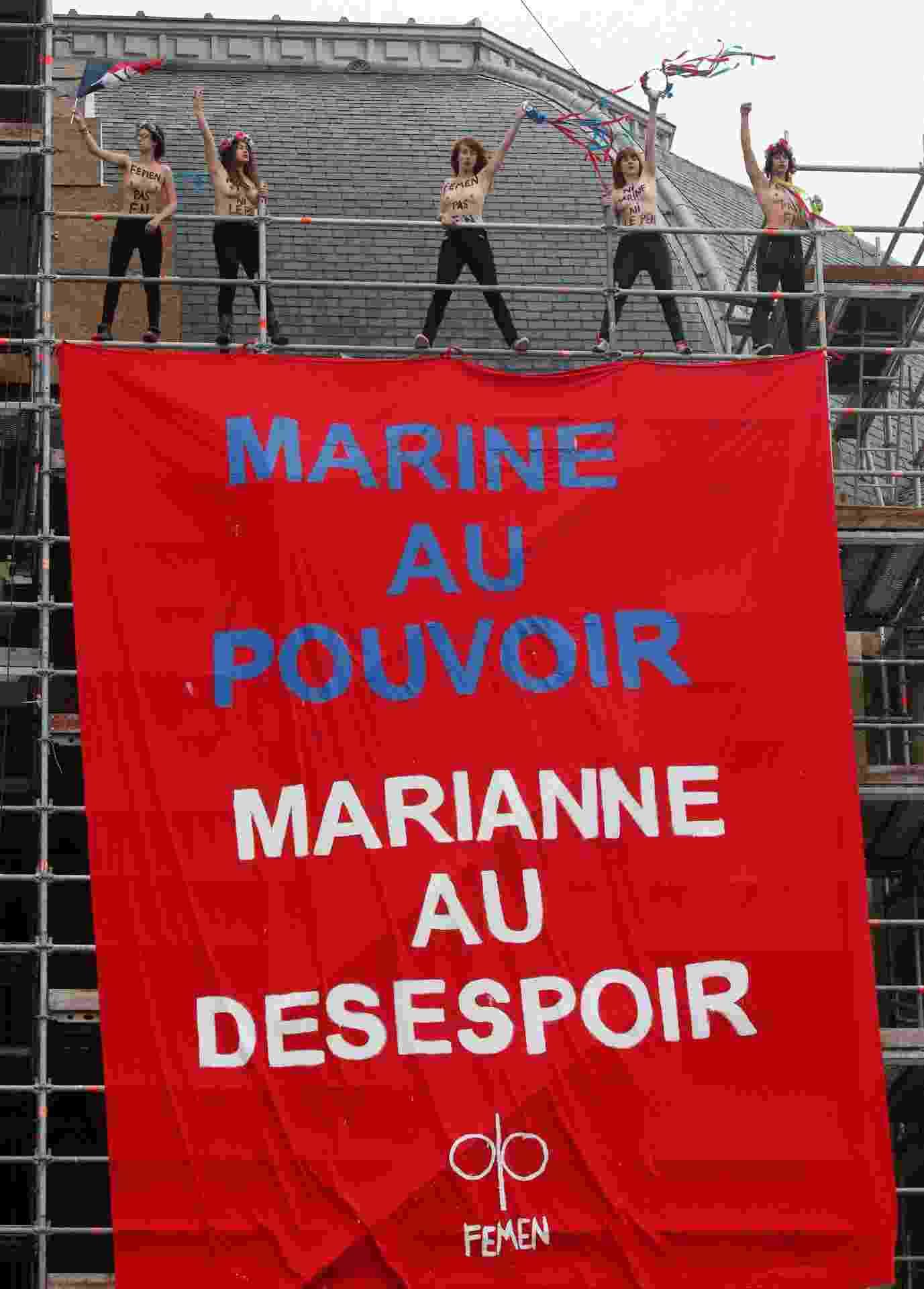 7.mai.2017 - Ativistas do Femen abrem cartaz contra a candidata ultradireitista à Presidência da Frana, Marine Le Pen, perto de seu local de voto - Pascal Rossignol/Reuters