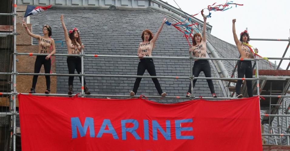 7.mai.2017 - Ativistas do Femen abrem cartaz contra a candidata ultradireitista à Presidência da Frana, Marine Le Pen, perto de seu local de voto