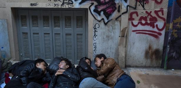 Imigrantes dormem na rua em Atenas, Grécia