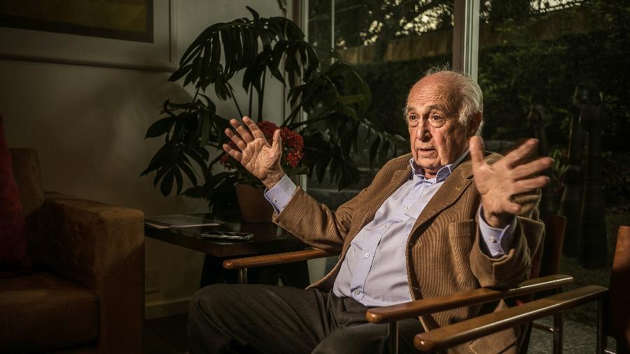 Professor e economista Luiz Carlos Bresser-Pereira, em seu escritório, em 2017 - Keiny Andrade/UOL