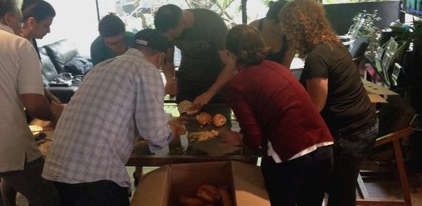 Grupo se mobilizou para fazer sanduíches para alimentar voluntários