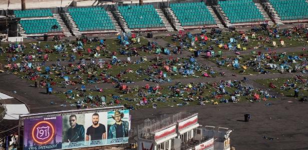 Pertences deixados para trás pelas vítimas durante o atentado contra o festival de música country com mais de 22 mil pessoas em Las Vegas; local é tratado como cena de crime