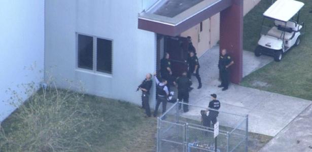 Polícia confirma 17 vítimas no ataque | Atentado em escola na Flórida deixa mortos; atirador foi preso, diz TV