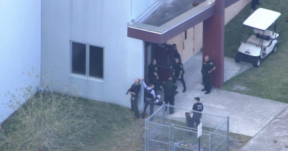 Atirador invade escola em Parkland, Flórida