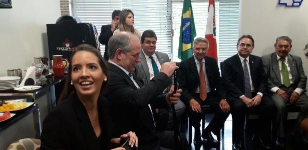 Ao lado da namorada Giselle Bezerra (à esq.), Ciro Gomes participa de reunião com a bancada do PDT
