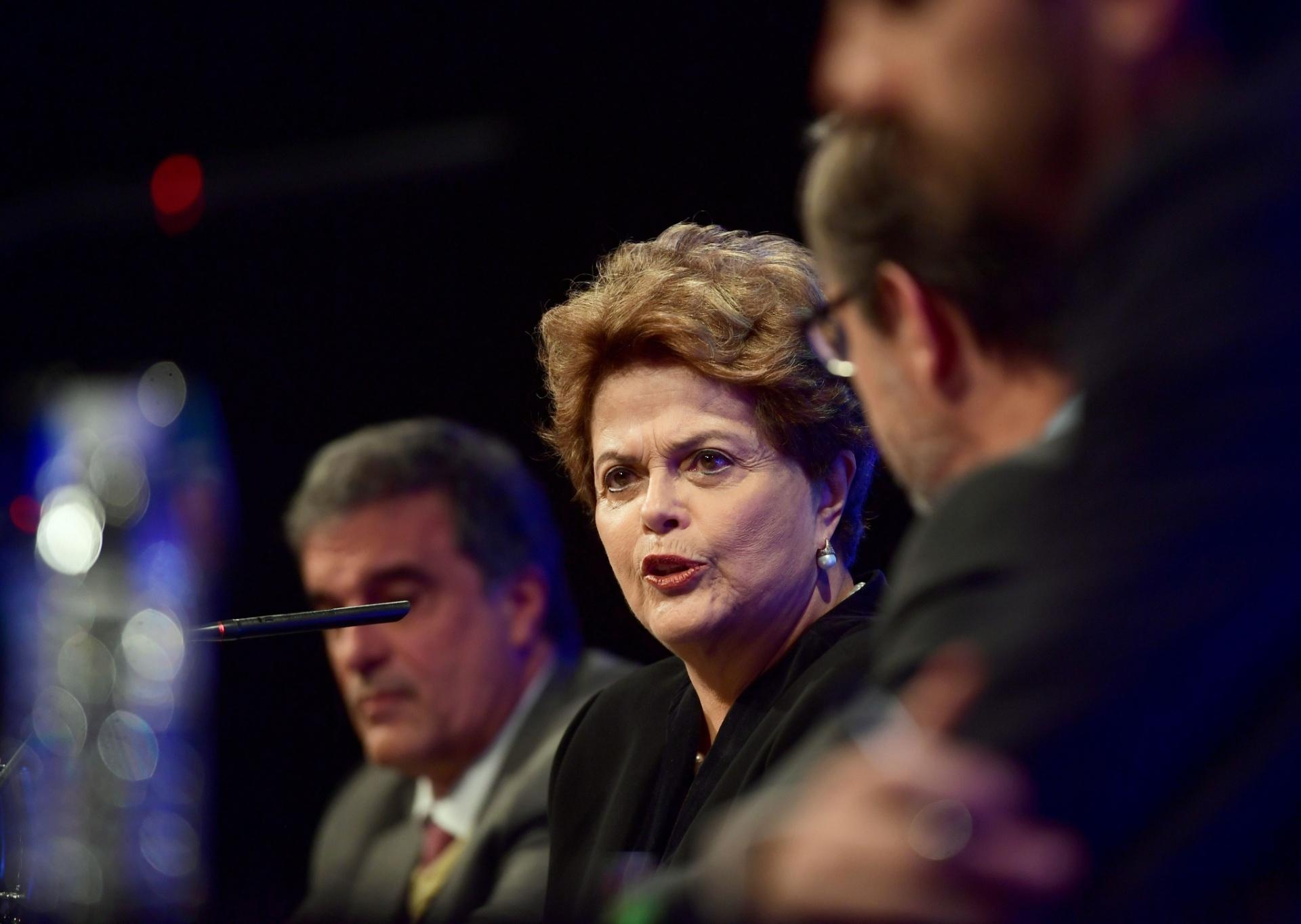 10.abr.2018 - A ex-presidente Dilma Rousseff discursa contra a prisão de Lula em conferência em Madri, na Espanha
