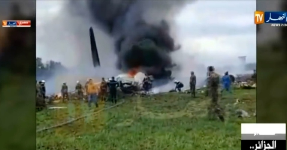 11.abr.2018 - Equipes de resgate atuam após queda de avião militar perto da base aérea de Boufarik, a 30 km de Argel. Ao menos 257 morreram, sendo 247 passageiros e dez tripulantes, segundo o ministério de Defesa do país