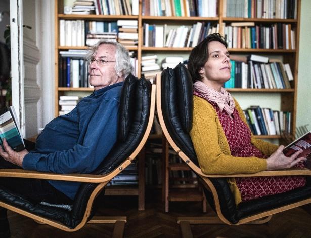 Helmut Lethen e Caroline Sommerfeld no apartamento onde moram em Viena