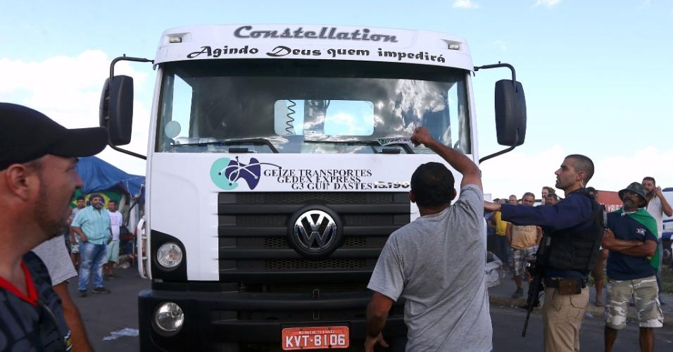 Manifestações pró e contra na saída de um caminhão que permanecia estacionado em posto de combustível às margens da BR-116, no trecho da rodovia Presidente Dutra, em Seropédica, município da região metropolitana do Rio de Janeiro, na tarde desta terça-feira (29). A greve dos caminhoneiros entra em seu nono dia. Pelo país, representantes de governos e consumidores relatam a saída de caminhões-tanque de distribuidoras. No entanto, os consumidores ainda sofrem com o desabastecimento