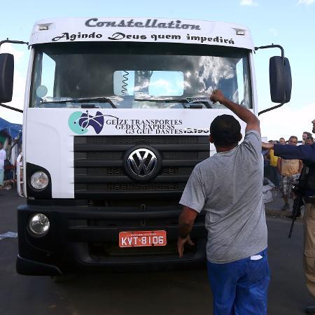 Manifestações pró e contra na saída de um caminhão que permanecia estacionado - Fábio Motta/Estadão Conteúdo