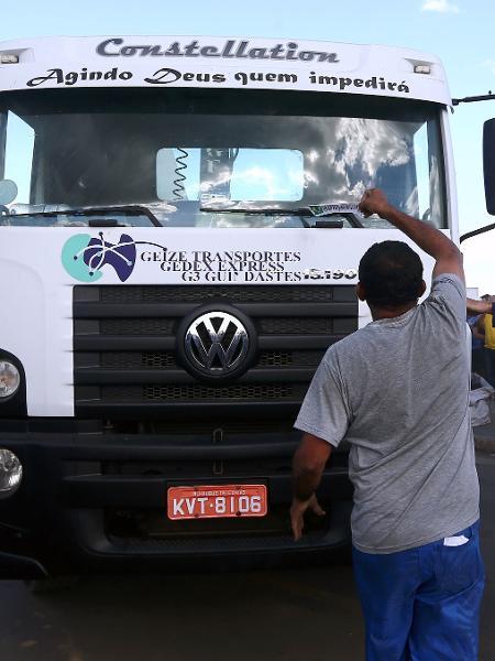 Manifestações pró e contra na saída de um caminhão  - Fábio Motta/Estadão Conteúdo
