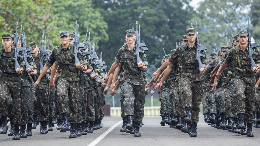 15.mai.2018 - Pelotão de alunos marcha na parte externa da Escola Preparatória de Cadetes do Exército, em Campinas (SP) - Marcelo Justo/UOL