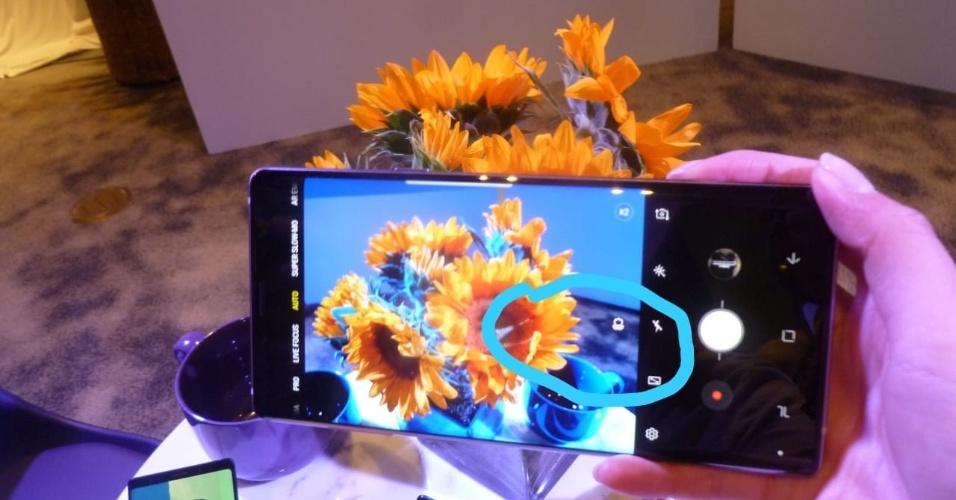 O hardware da câmera é o mesmo do S9, a novidade é com IA nos 20 cenários pre-determinados. A câmera reconhece o que está sendo fotografado e ajusta os parâmetros para uma melhor foto. Aqui (em destaque) ela reconhece que é uma foto de flores